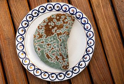 Brot mit Schimmel - p1684m2291991 von Klaus Ohlenschlaeger