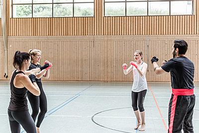 Group of boxers warming up in sports hall - p300m2144863 von Stefanie Baum