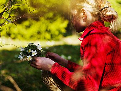 Mädchen pflückt Blumen - p972m1136643 von Felix Odell