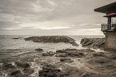House on the rocks - p1402m2013608 by Jerome Paressant
