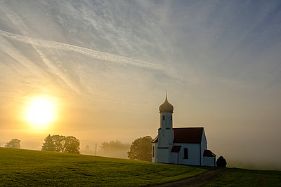 Germany, Sankt Johannisrain, church at morning mist - p300m2059188 von Lisa und Wilfried Bahnmüller