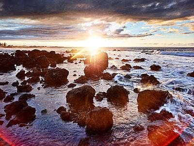 Volcanic rocks in Makalawena Bay against sky during sunset - p300m2131766 by Christian Vorhofer