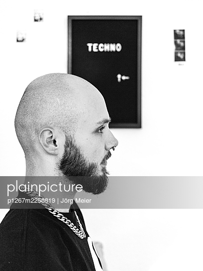 Man with full beard and nose piercing - p1267m2258819 by Jörg Meier