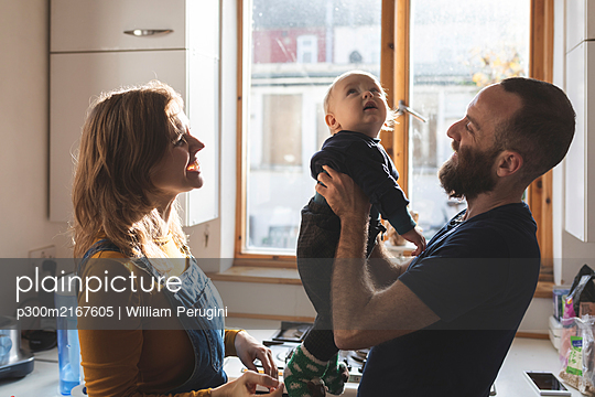 Happy family in the kitchen at home - p300m2167605 by William Perugini
