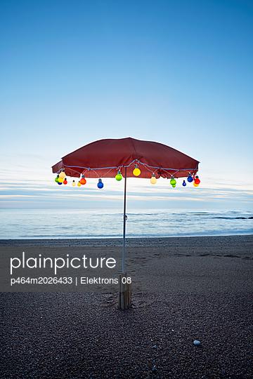 stimmungsvolle Lichterkette am Meer - p464m2026433 von Elektrons 08