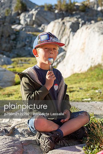 Junge mit Löffel - p756m2122792 von Bénédicte Lassalle