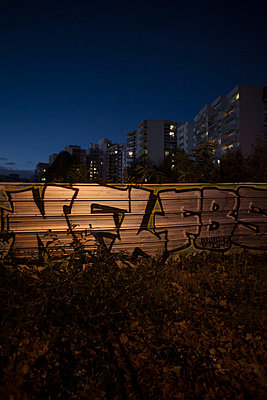 Graffiti on a metal wall, Suburb of Paris, France - p1028m1502937 von Jean Marmeisse