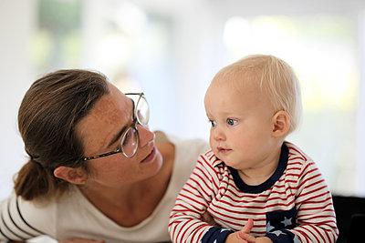 Mutter mit kleiner Tochter - p1258m2021282 von Peter Hamel