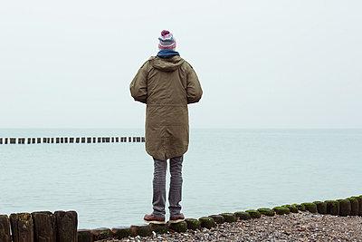 Nachdenklicher Mann am Meer - p432m779070 von mia takahara