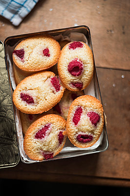 Biscuit box with Friands - p947m2184665 by Cristopher Civitillo