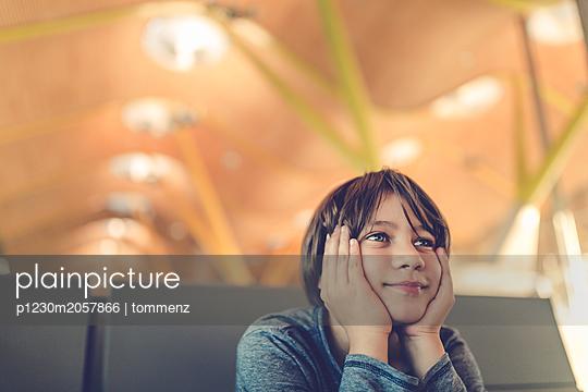 Junge in modernem Gebäude - p1230m2057866 von tommenz