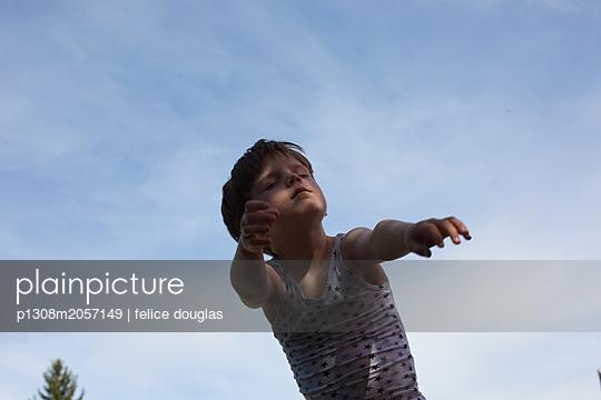 Junge im Rollenspiel - p1308m2057149 von felice douglas