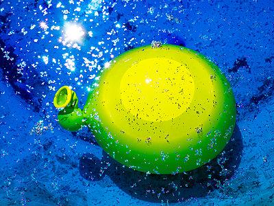 Wasser Ballon - p1021m2181693 von MORA