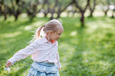 Blond little girl on a meadow - p300m2166422 by Ekaterina Yakunina