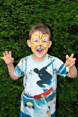 Geschminkter Junge - p451m1451975 von Anja Weber-Decker