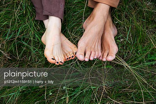Füße eines Paares im Gras - p1212m1159151 von harry + lidy