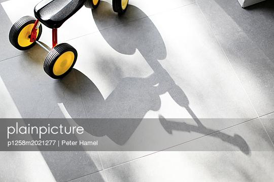 Laufrad mit Schatten - p1258m2021277 von Peter Hamel