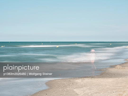 Mädchen am Strand - p1383m2026480 von Wolfgang Steiner