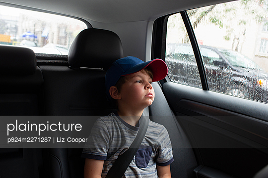 Canada, Ontario, Boy (4-5) sitting in car - p924m2271287 by Liz Cooper