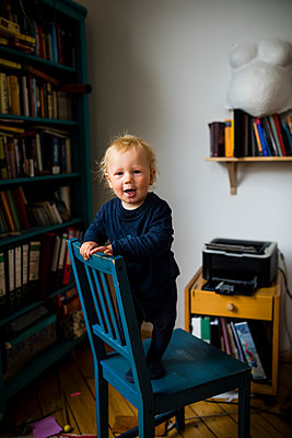 Toddler boy standing on chair - p1046m1138210 by Moritz Küstner