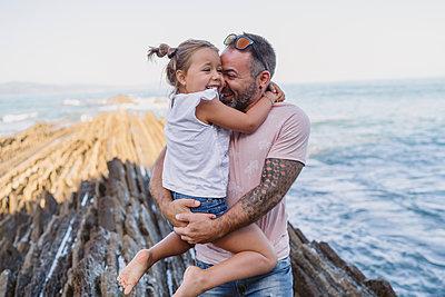 family with 2 children enjoying the beach and cliffs of the Basque country - p300m2256609 von SERGIO NIEVAS