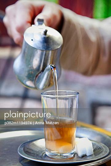 Serve tea - p382m1194974 by Anna Matzen