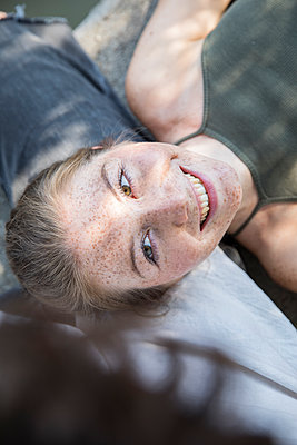 Young woman looks happy at her boyfriend - p276m2110888 by plainpicture
