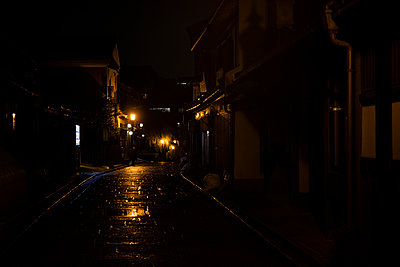 Japan, Kyoto, Old town street on rainy night - p300m2166136 by Andrés Benitez