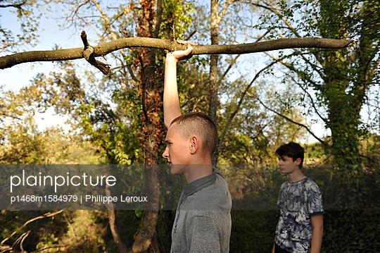 Zwei Jugendliche im Wald  - p1468m1584979 von Philippe Leroux