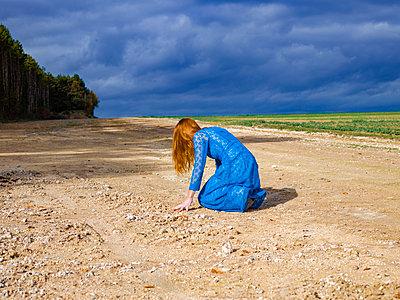 Frau in blauem Kleid - p1413m2221825 von Pupa Neumann