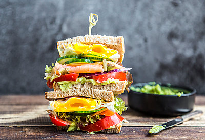 Sandwich with egg, salad, cucumber, tomate, salmon, avocado and onion - p300m1536189 by Sandra Roesch
