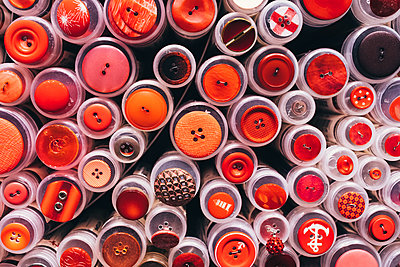 Full frame shot of various buttons on plastic containers - p301m1534936 by Norman Posselt