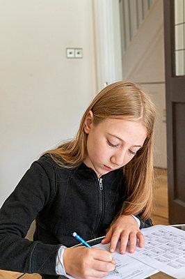 UK, Surrey, Girl (10-11) doing homework at home - p924m2271271 by G. Mazzarini