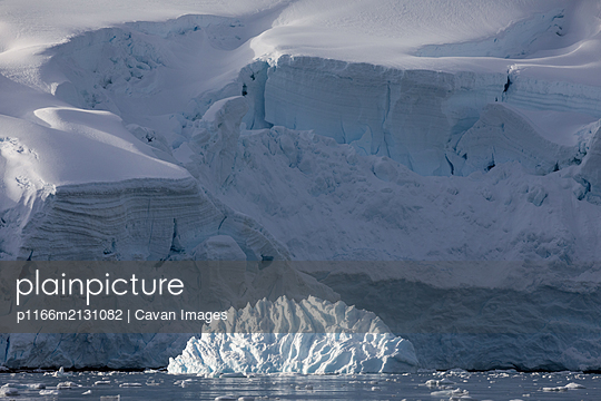 Snow covered peaks and ice - p1166m2131082 by Cavan Images