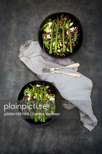 Mixed salad with fried green asparagus, feta and pomegranate seeds - p300m1587866 by Larissa Veronesi