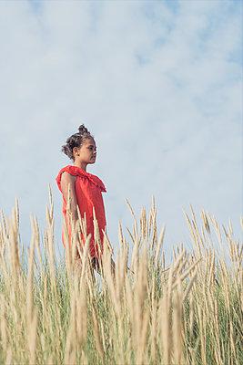 Girl standing in the dunes - p1323m2015163 von Sarah Toure