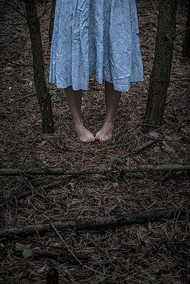 Frau im Wald - p427m944785 von Ralf Mohr