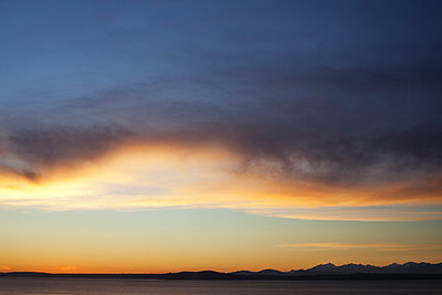 Sunset over Puget Sound with Olympic Mountains in Background, Seattle, Washington, USA - p694m1403830 by David Atkinson