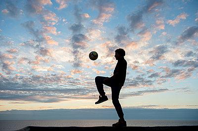 Ball spielen - p949m951727 von Frauke Schumann