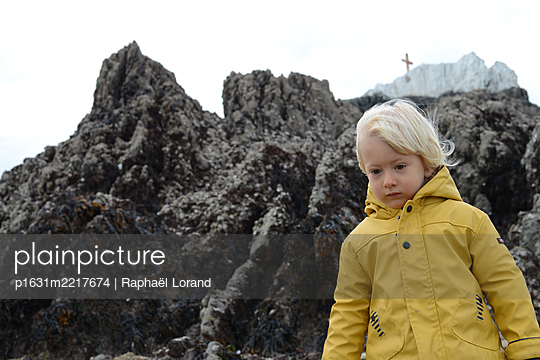 Toddler looking down - p1631m2217674 by Raphaël Lorand