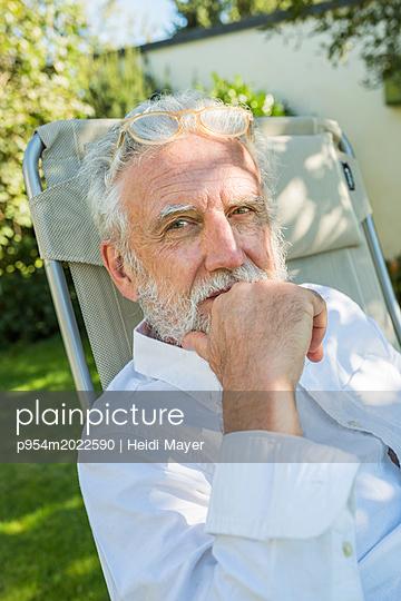 Porträt mit Lesebrille - p954m2022590 von Heidi Mayer