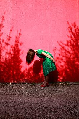Frau in grünem Sommerkleid - p1105m2082589 von Virginie Plauchut