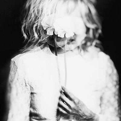 Verschwommenes Portrait mit Blume - p1543m2122116 von Sophia Snadli