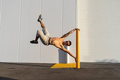 Acrobat training on a pole - p300m2012373 von VITTA GALLERY