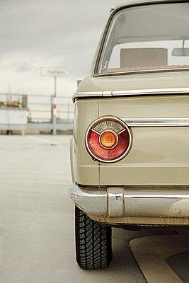 Rücklicht eines alten BMW - p3370034 von Sylvia Ballhause