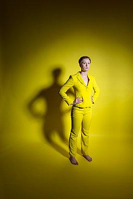 Frau in gelbem Outfit - p427m2109254 von Ralf Mohr