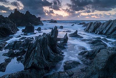 Sunset over the dramatic North Devon coast, Devon, England, United Kingdom, Europe - p871m2209432 by Adam Burton