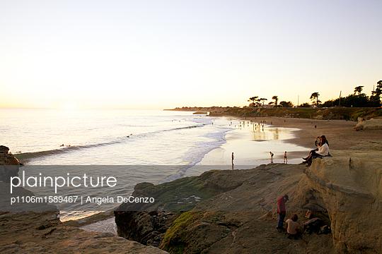 Strandleben bei Sonnenuntergang - p1106m1589467 von Angela DeCenzo
