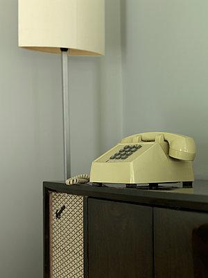 Telefon auf Musiktruhe - p1082m890084 von Daniel Allan