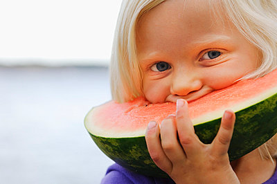 Portrait of girl eating watermelon near sea - p31226069 by Hans Berggren